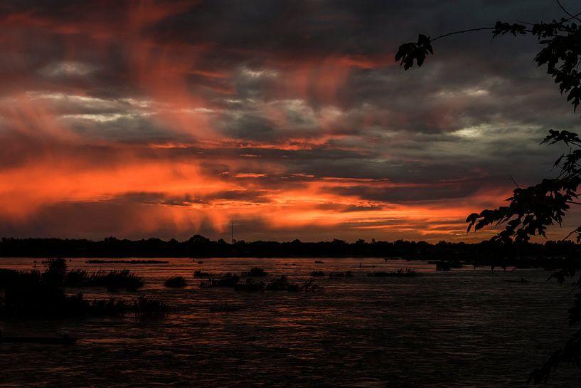Zonsondergang over de Mekong - 3 van Theo Molenaar