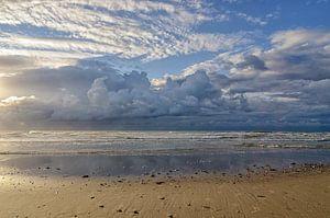 Strandzicht over zee van
