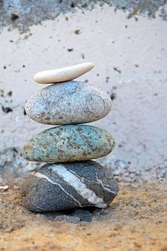 Pile de pierres zen avec un fond ancien sur Trinet Uzun