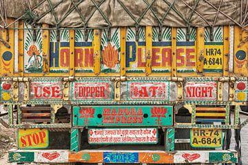 Kleurrijke vooraanzicht van een Indiase vrachtwagen van Tjeerd Kruse