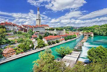 Oude stad met groene kanaal en blauwe hemel, Bern, Zwitserland van Tony Vingerhoets