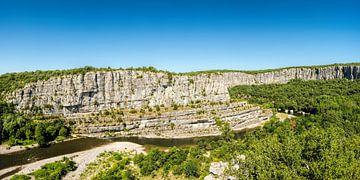 Uitzicht op de rivier de Ardèche in het zuiden van Frankrijk in het departement Ardèche 1. van PhotoArt Thomas Klee