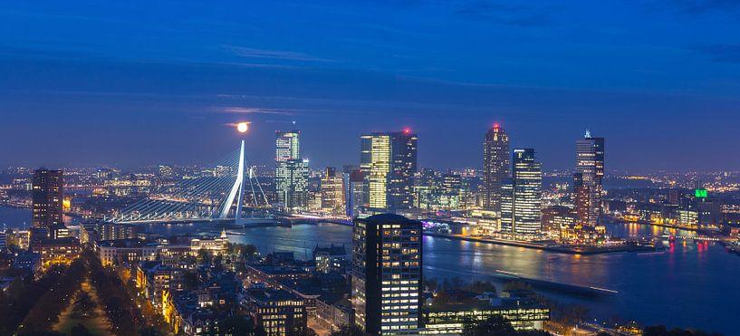 Red moon over Rotterdam van Ilya Korzelius