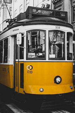 Zwart-Wit foto met geel accent van Tramlijn 28 in Lissabon van Daan Duvillier