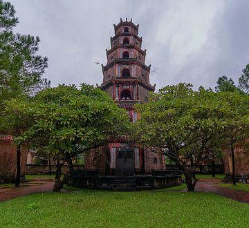 Huế: Pagoda of the Celestial Lady van Maarten Verhees