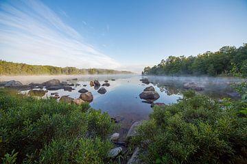 Lac au sud de la Suède, tôt le matin sur Joost Adriaanse