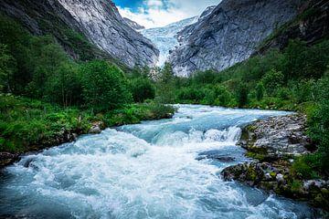 Wasserfluss am Briksdalbreen-Gletscher in Norwegen von Jayzon Photo