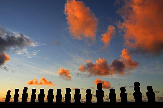 Moai's bij zonsopkomst