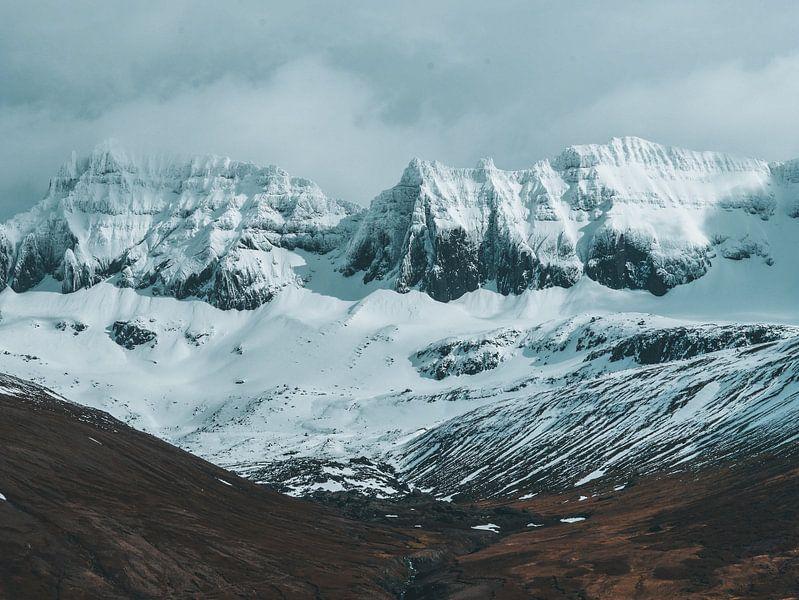 Besneeuwde IJslandse bergen van Marjon Boerman
