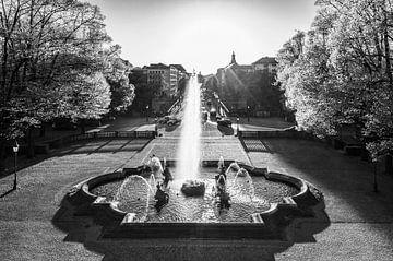 Fontaine dans le quartier de Bogenhausen à Munich / noir et blanc sur Werner Dieterich