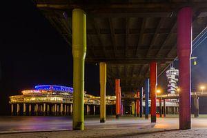 Scheveningen Pier vanaf de onderkant tussen de pilaren door
