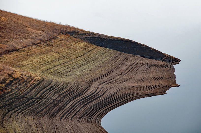 Onze gelaagde aarde, landtong uitkomend in meer in Zuid Armenië van Anne Hana