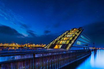 Het Dockland, een modern kantoorgebouw, in de haven van Hamburg bij nacht van Annette Hanl