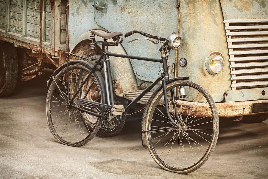 Das Fahrrad und der LKW Poster - Martin Bergsma | OhMyPrints