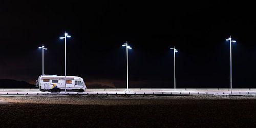 Camper op een donkere parkeerplaats