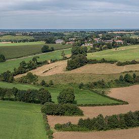 Luchtfoto van de Fromberg en Vrakelberg in Zuid-Limburg van John Kreukniet