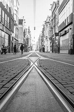 Fast menschenleere Einkaufsstraße Leidsestraat in Amsterdam von Sjoerd van der Wal