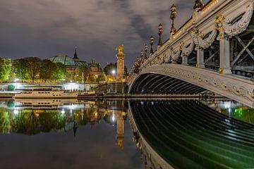 Parijs en zijn Pont Alexandre-III in de nacht.. van Patrick Löbler