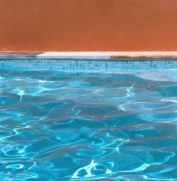 Abstract zwembad: oranje blanje bleu van Sigrid Klop
