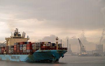 Maersk containerschip verlaat de haven van Jeroen Kleiberg