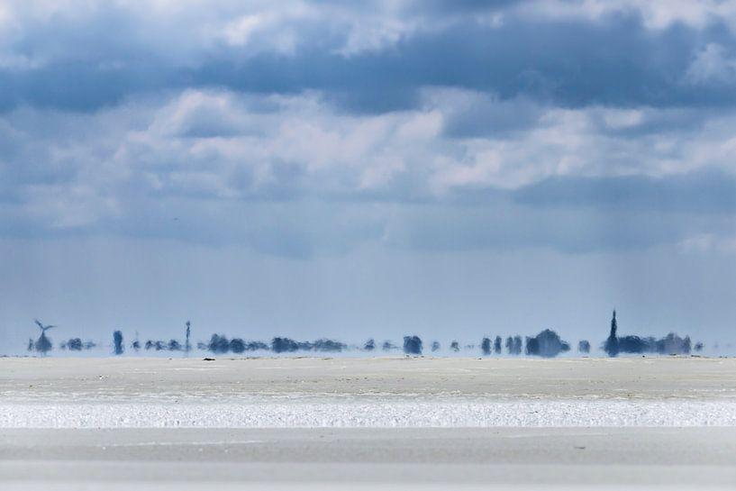 Strand met uitzicht op Schiermonnikoog van Sanneke Kortbeek