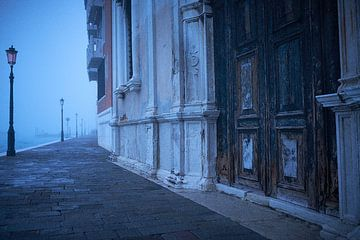 Venetie verlaten kade in de mist van Karel Ham