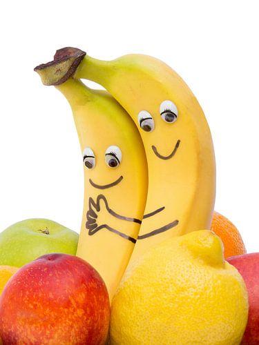 Twee liefhebbende bananen met ogen, mond en arm