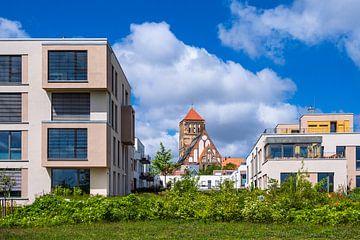 Moderne gebouwen en Nikolai-kerk in de Hanzestad Rostock van Rico Ködder