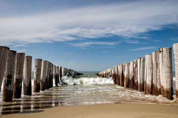 Golfbrekers op het strand van Domburg van Martijn van der Nat