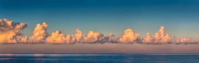 Wolkenpanorama über der Nordsee von Frans Lemmens