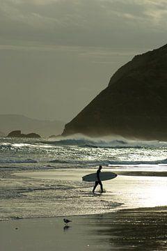 Surfer bij zonsondergang van