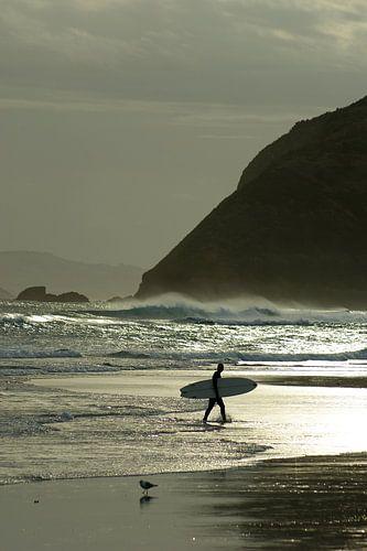 Surfer bij zonsondergang von Jeroen van Deel