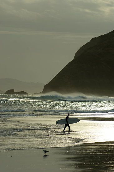 Surfer bij zonsondergang