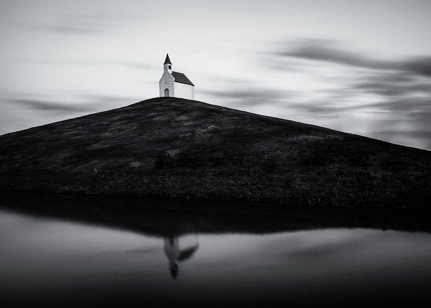 Witte kerkje op de heuvel in zwart wit