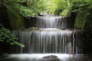 Waterval in een bos in Zwitserland van Nic Limper