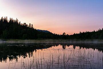 Zonsondergang boven een meer in midden Zweden van Jasper den Boer