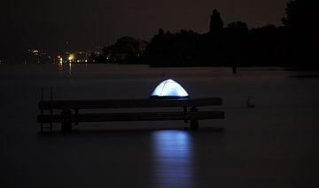 Leuchtendes Zelt auf dem Wasser von Sven Sasso