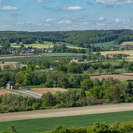 Uitzicht op Holset in Zuid-Limburg van John Kreukniet