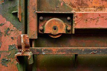 Nahaufnahme einer Tür eines alten rostigen Eisenbahnwaggons von Jenco van Zalk