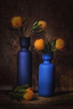 Nature morte avec du bleu et de l'orange sur Saskia Dingemans