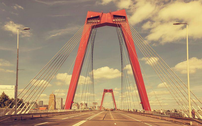 Vintage look van de Willemsbrug in Rotterdam van John Kreukniet