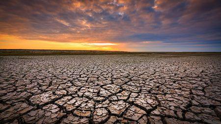 Droogte aan de Groningse Waddenkust tijdens zonsondergang van Bas Meelker