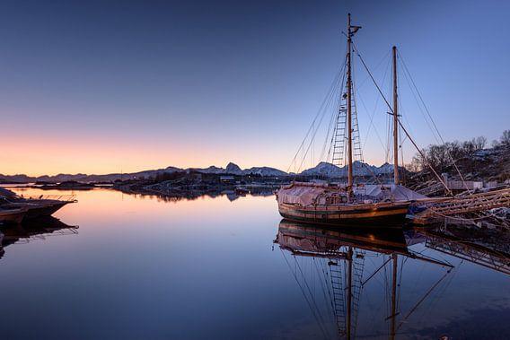 Vissersboot in ochtendlicht, Noorwegen