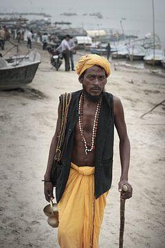 pèlerin avec un bâton au Gange en Inde sur Karel Ham
