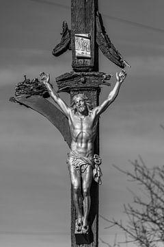Een kunstwerk van Jesus Christus aan een kapot kruis in Frankrijk langs de pelgrimsroute naar Santia van Ramon Van Gelder