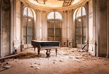 Piano in Verlaten Kasteel. van Roman Robroek