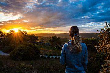 Une femme regarde le coucher du soleil au Portugal, Algarve sur Nynke Altenburg