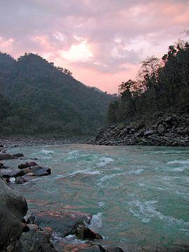 De rivier de Ganges bij zonsondergang van Nisangha Masselink
