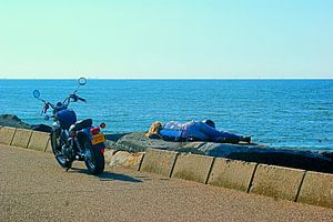 Motormeisje relaxed aan zee