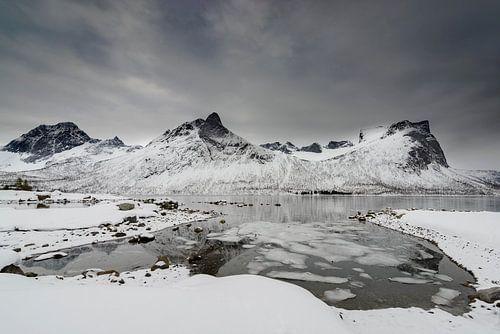 Bergen op het eiland Senja in Noord-Noorwegen tijdens een koude winterdag